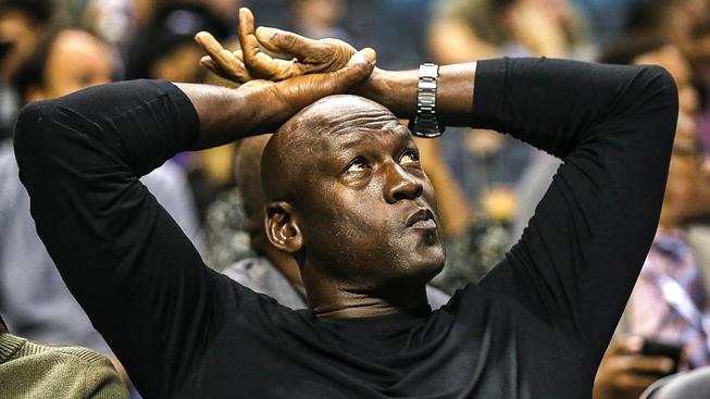 Zasloužilý důchodce Michael Jordan je stálým hostem zápasů svého klubu NBA Charlotte Hornets
