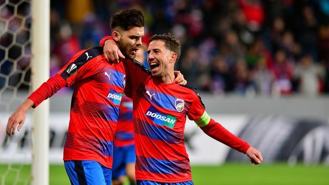Hráči Viktorie Plzeň slaví vítězství v evropských pohárech po dlouhých 14 utkání bez výhry