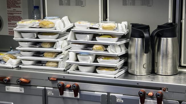 Vybrané delikatesy v letadle nečeká snad nikdo. Ilustrační foto
