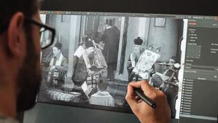 Filmový restaurátor zpracovává záběr Města bez židů