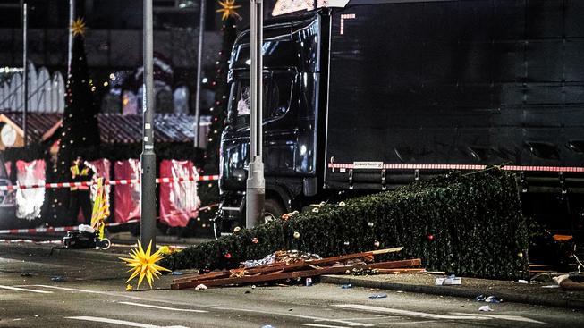 Černý kamion pobral vše, co mu stálo v cestě