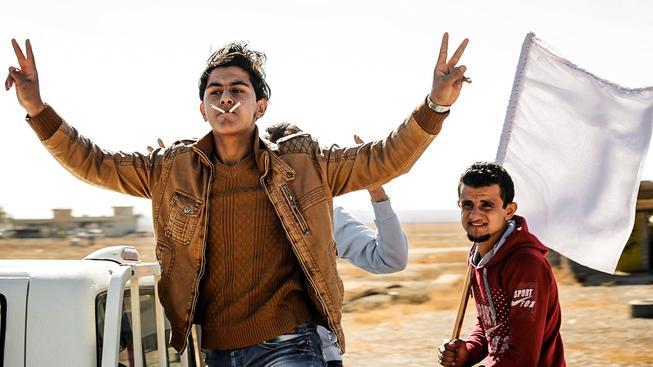 Iráčtí mládenci oslavují osvobození od ozbrojenců IS, kteří za koření tvrdě trestali