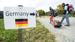 S přílivem uprchlíků ubylo v Německu pracovních příležitostí. Na snímku Syřané na rakousko-německých hranicích