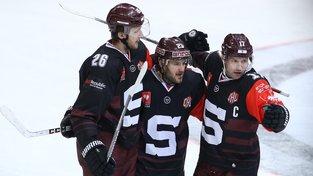 Kapitán Jaroslav Hlinka (vpravo) se pod triumf svého týmu podepsal gólem a dvěma asistencemi
