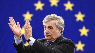 Antonio Tajani zatleskal poslancům poté, co ho zvolili do čela parlamentu