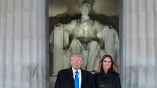 Donald Trump s manželkou Melanií u Lincolnova památníku