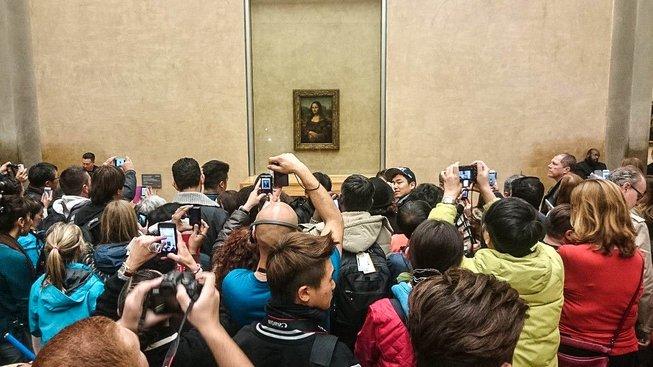 Kdo neviděl Monu Lisu jako by v Paříži nebyl... Slavný obraz přitahuje davy a má tak přísná bezpečnostní opatření, že na něj lidé prakticky nevidí
