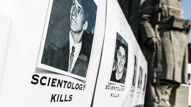 Protest proti scientologům v Belgii během soudu, který nakonec rozhodl, že scientologická organizace není kriminální