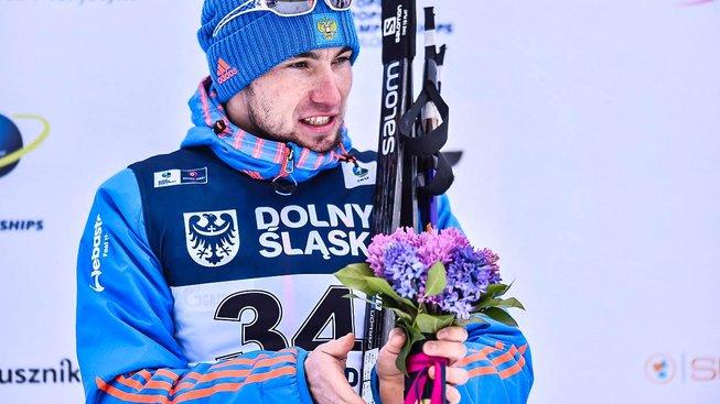 Ruský dopingový hříšník Alexander Loginov slaví chvíli po trestu triumf na biatlonovém ME v Polsku