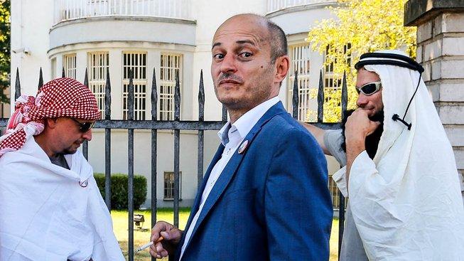 Martin Konvička se svou družinou před sídlem saúdskoarabského velvyslance