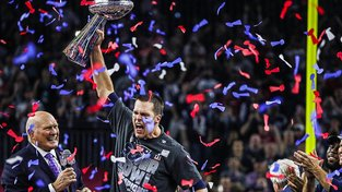 Hlavní postava letošního Super Bowlu, quarterback Patriotů  Tom Brady s jednou z nejvzácnějších trofejí ve světě sportu