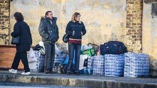 Ukrajinci čekající na autobus na Ukrajinu