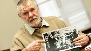 Štětina je známý svým humanismem. Na snímku je s fotografií Gruzínce čečenského původu, kterému se v Česku nakonec podařilo získat azyl