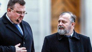 Dnes již bývalý hradní protokolář Jindřich Forejt (vlevo) a Hynek Kmoníček, ředitel zahraničního odboru prezidentské kanceláře