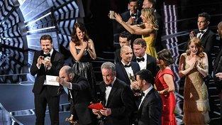 Zmatky na pódiu: Jordan Horowitz, producent muzikálu La La Land drží kartu, na níž se jako vítězný film uvádí Moonlight