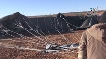 Ozbrojenci z IS předvádějí munici, kterou shodili Američané