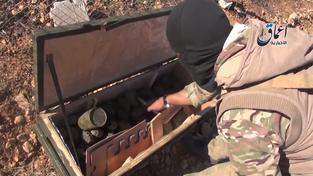Záběr ze záznamu, na kterém se IS chlubí alianční municí