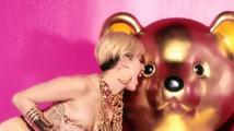 Drzá Miley Cyrus se polonahá nakrucuje v nové reklamě