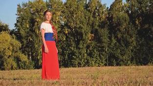 Zpěvačka Mašani střídá šaty v barvách ruské vlajky a ukrajinské vlajky