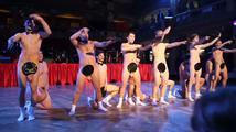 Tanec nahých maturantů v pražské Lucerně