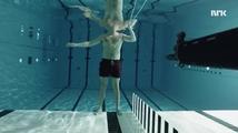 Jak to dopadne, když na sebe vědec pod vodou vystřelí?