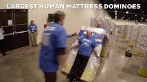 1200 lidí vytvořilo největší lidské matracové domino
