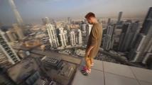Jak se jezdí po okraji střechy mrakodrapu na hoverboardu