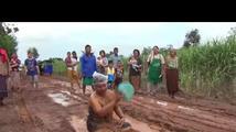 Protestní koupel proti stavu cest a silnic, která se šíří světem