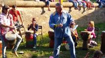 Harapes si přivolával hlasy voličů indiánským tancem