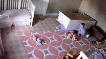 Dvouletý chlapec zachránil své dvojče, na které spadla skříň