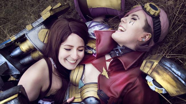 Páteční cosplay: Vi a Caitlyn z League of Legends si to užívají