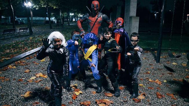 Jak trávil Halloween Deadpool? Nadával dětem a ukazoval jim prostředníček
