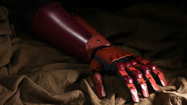 Fanoušek s amputovanou rukou dostane bionickou paži, která vypadá jak Big Bosse