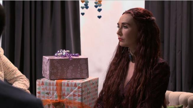Melisandre z Game of Thrones si užívá oslavu mezi normálními lidmi