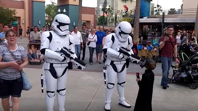 Co se stane, když vás v Disneyworldu načapají Stormtroopeři v kostýmu Kylo Rena?