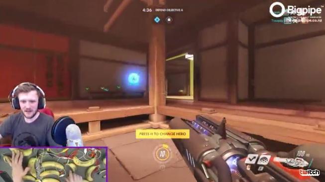 Hráč Overwatche vymyslel jak ovládat Winstona ve hře pomocí banánů