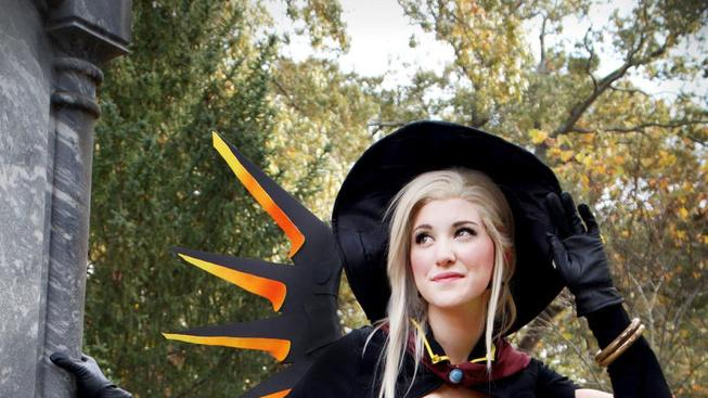 Halloweenský cosplay Mercy z Overwatch