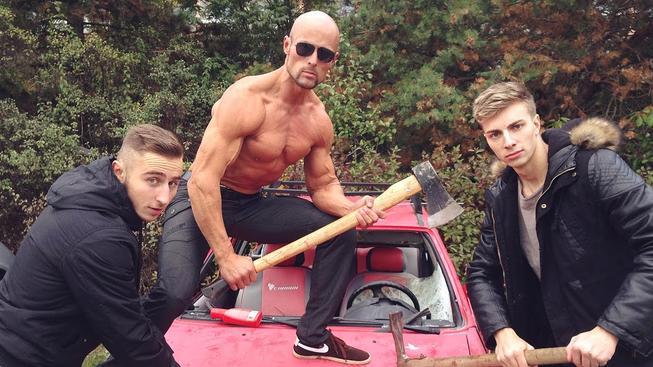 TVTwixx rozmlátili auto, udělali z toho soutěž a video umístili na YouTube