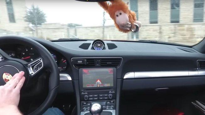 Zahráli byste si Dooma? Nyní můžete i na obrazovce auta Porsche 911
