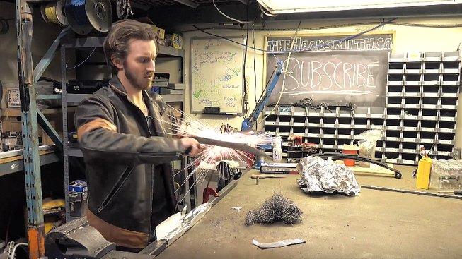 Chlápek si vytvořil drápy, jaké má Wolverine – tyhle jsou ovšem pod proudem!