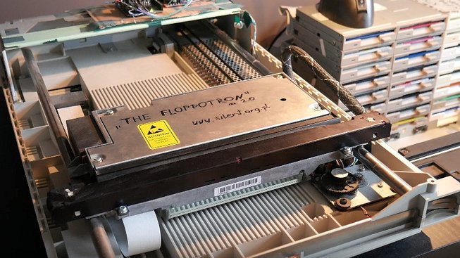 Poslechněte si Gorillaz zahrané na disketovou mechaniku