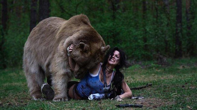 Chcete si nechat nafotit cosplay se živým medvědem? V Rusku to není žádný problém!