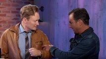 Podívejte se, jak dostane Conan za uši od LEGO Batmana