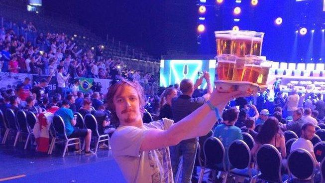 Muž nesoucí plnou náruč piv na zápase Counter-Strike se stal hvězdou turnaje!