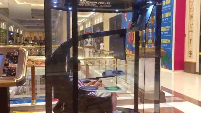 Čínská nákupní pasáž zavedla herní budky pro unavené nakupující