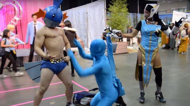 V dnešní době můžete vytvořit cosplay opravdu na všechno - třeba i na mikrovlnný útok Symmetry