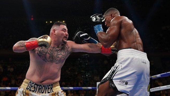 """Neskutečné, totální outsider """"tlouštík"""" Ruiz knockoutoval šampiona Anthonyho Joshuu"""