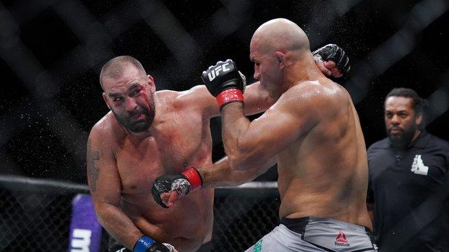 Blagoy Ivanov dostal při rvačce nůž přímo do hrudi. Přežil jistou smrt a teď bojuje v UFC