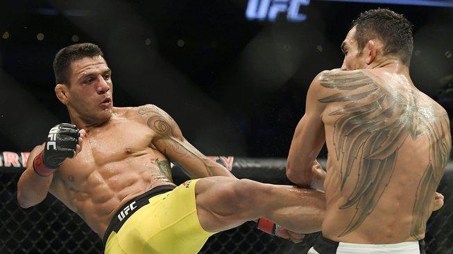 Chiesa se na sobotním UFC pokusí vyzrát na bývalého šampiona dos Anjose.
