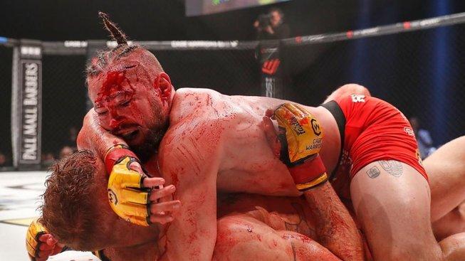 Rozhodčí ukončil titulový zápas, protože bojovníci klouzali ve vlastní krvi